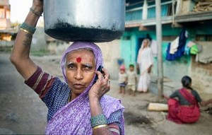 Donna indiana telefonino